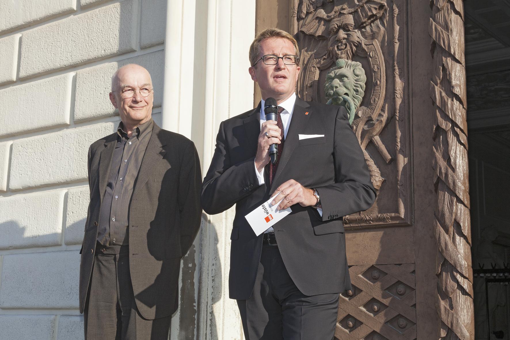 Bernd Hertweck begrüßt die Gäste
